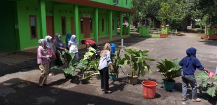 KKN UAD Membersihkan Lingkungan Balai Desa Dalam Rangka Lomba Kebersihan