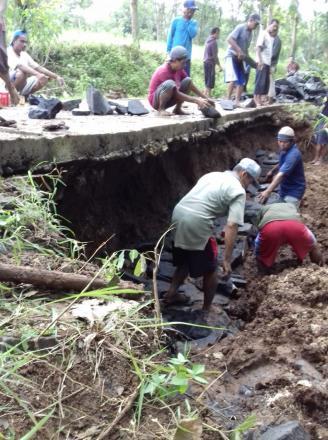 Warga Saradan Bergotong Royong Perbaiki Jalan Ambles