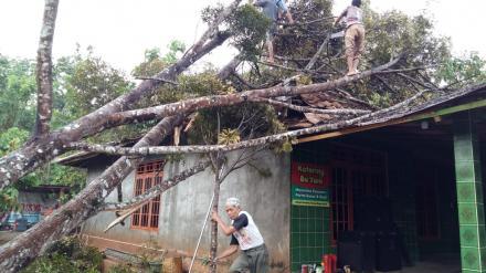 Hujan Disertai Angin di Desa Terong Menimbulkan Beberapa Kerusakan