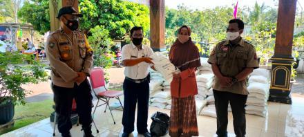 Penyaluran Bantuan Sosial Berupa Beras Untuk Warga Kalurahan Terong
